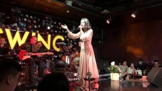 Bụi Bay Vào Mắt (Live) - Phạm Quỳnh Anh